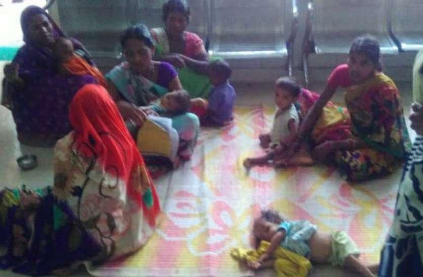 गर्मी से बेहाल हो रहे कुपोषित बच्चे, जिला अस्पताल प्रबंधन की बड़ी लापरवाही