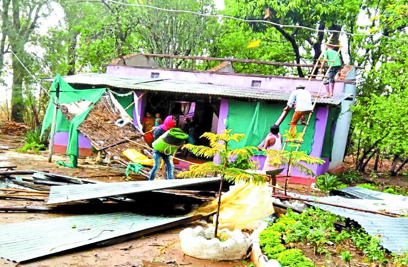 अचानक आए आंधी-तूफान से हुआ भारी नुकसान, दर्जनभर लोगों के घरों के उड़े छप्पर