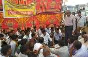 सडक़ों पर उतरी अतिक्रमण हटाने के प्रति नाराजगी, दल्ले खान की चक्की क्षेत्र के लोगों ने धरना देकर जताया रोष