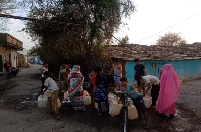 video: सरपंच ने गांव में बनाए पांच पॉइंट, स्वयं के ट्यूबवेल से डाली पाइप लाइन, ग्रामीणों की बुझा रहे प्यास