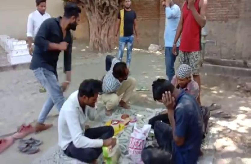 देव स्थान पर मीट खा रहे मजदूरों की जमकर पिटाई, सोशल मीडिया पर वायरल हुआ वीडियो