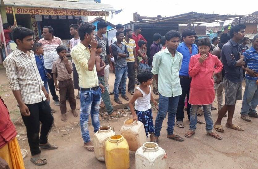 बूंद बूंद पानी से परेशान ग्रामीणों ने किया रास्ता बंद, तीन घण्टे तक बाधित रहा यह मार्ग