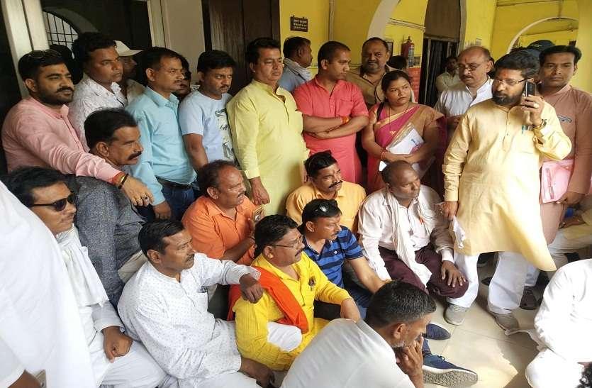 नगर आयुक्त ने भाजपा नेताओं को दिखाई ताकत, डिप्टी मेयर और पार्षद धरने पर बैठे