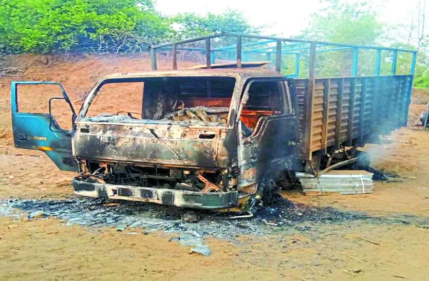 अनियंत्रित ओवरलोड गाड़ी टकराई ट्रांसफार्मर से, फिर चंद मिनटों में जलकर राख हो गया तेंदूपत्ता से भरा ट्रक