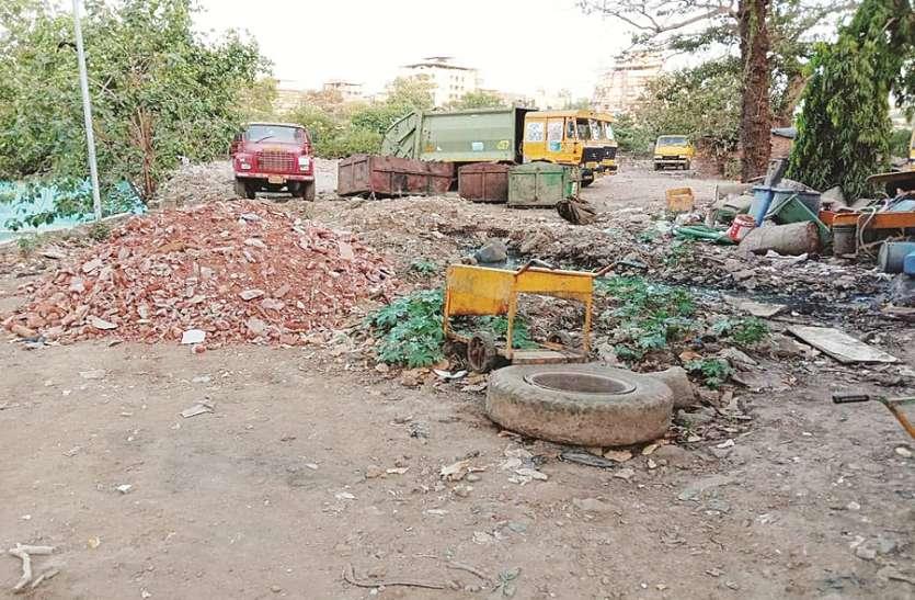 गार्डन में मनपा की कबाड़ व कचरा गाडिय़ां भरी