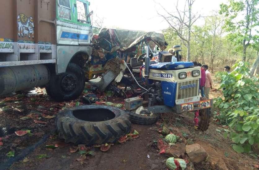 तरबूज से भरी ट्रैक्टर-ट्रॉली में ट्रक ने मारी टक्कर,दो घायल