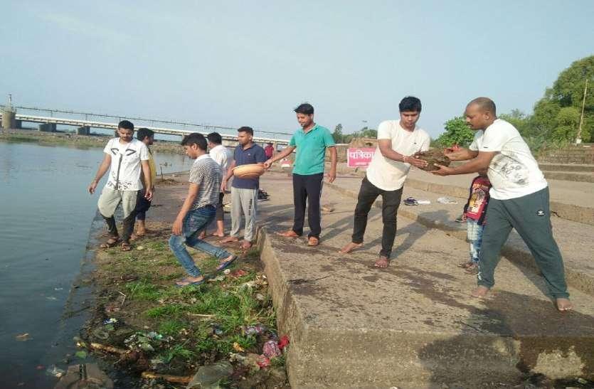 रुद्रेश्वर घाट में चलाया गया अमृतम जलम अभियान, बड़ी संख्या में सफाई में जुटे लोग