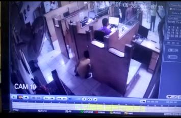 बैंककर्मी कैश जमा करने में लगा रहा, पीछे से बालक ले उड़ा 5 लाख रुपए