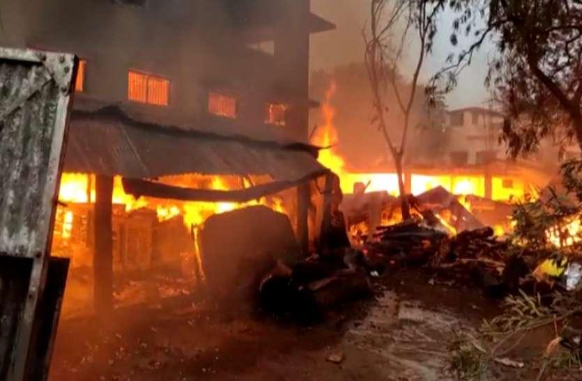 सिंघल फर्नीचर में तड़के लगी आग, पीछे स्थित लकड़ी टाल भी आया चपेट में, पूरा सामान जलकर खाक
