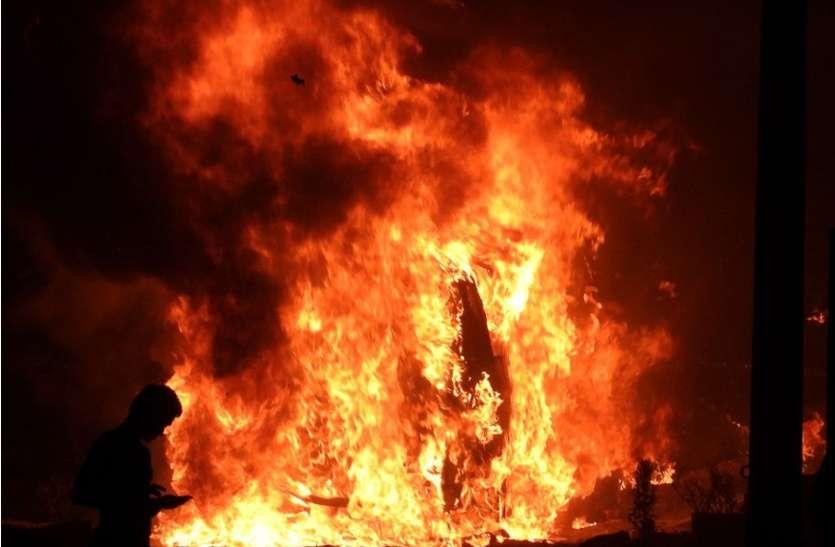 अचानक उठी चिंगारी से सिलेंडर में आग , मासूम सहित तीन झुलसे