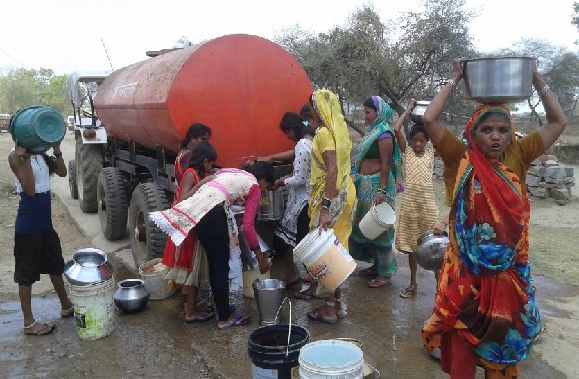 भीषण गर्मी में लगातार गिर रहा भूजल स्तर, पानी को ग्रामीणों में बढ़ती जा रही परेशानी