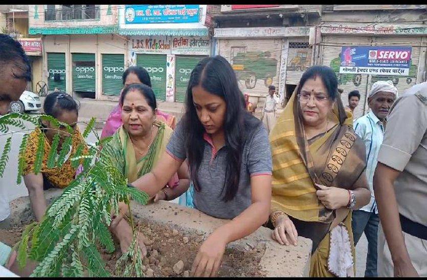 गर्मी से जब लोग घरों में थे कैद, ये कर रहे थे पौधरोपण