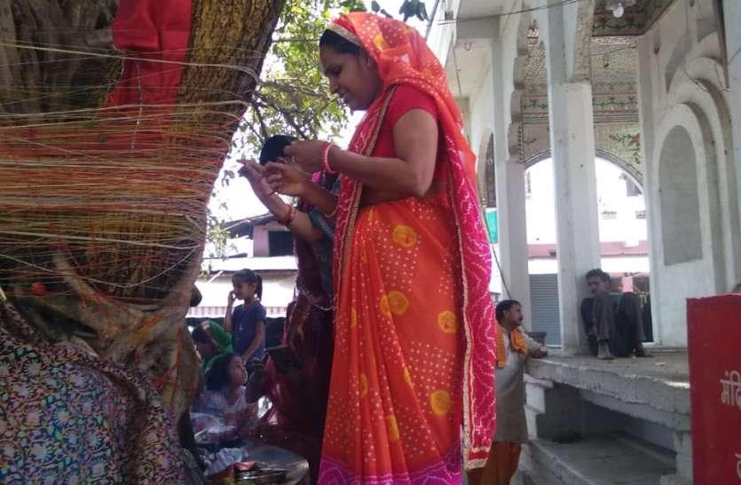 महिलाओं ने लगाई बरगद की परिक्रमा : मांगी पति की दीघार्यु