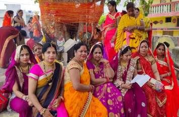 सौभाग्यवती महिलाओं ने रखा वट सावित्री का व्रत, बरगद और पीपल पेड़ की परिक्रमा कर पूजा की
