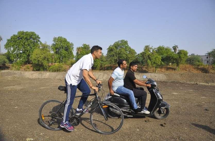नदी की सफाई को देखने साइकिल से आगे-आगे चले मंत्री और पीछे बाइक पर आए अफसर