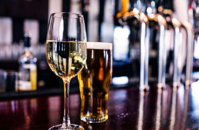 ग्राहकों के जेब पर डाका डाल रहे हैं सरकारी शराब दूकान संचालक, एमआरपी से ज्यादा की हो रही वसूली