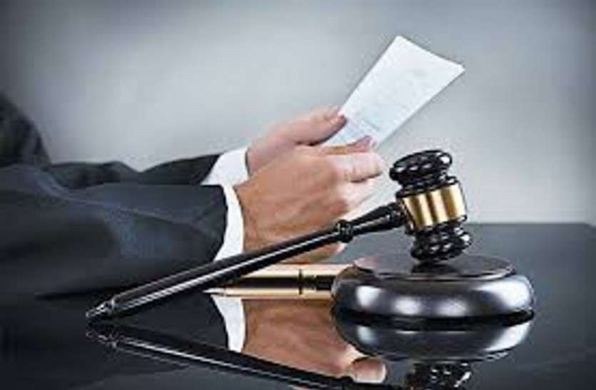 यहां के न्यायालय में नियमों का उल्लंघन करने पर न्यायाधीश दे रहे मटके की सजा