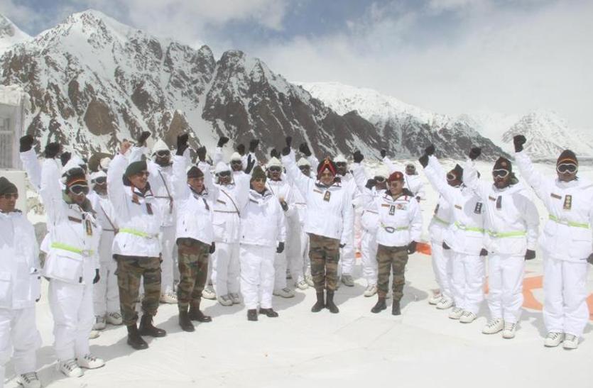 PHOTOS: रक्षा मंत्री राजनाथ सिंह ने किया सियाचिन ग्लेशियर और श्रीनगर का दौरा, जवानों में भरा जोश