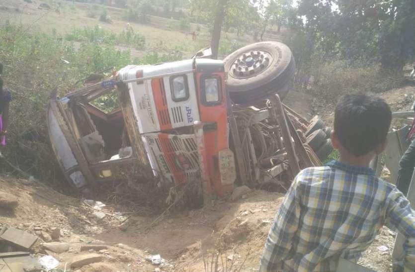 सीमेंट से भरा ट्रक अनियंत्रित होकर पलटा, हेल्पर की दबने से मौत