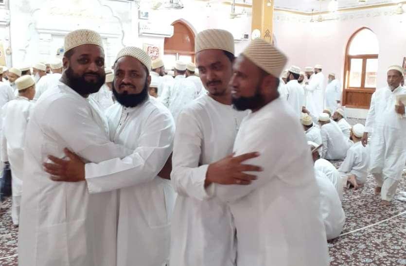 सुबह हुई विशेष नमाज, दिन भर चला मुबारकों का दौर