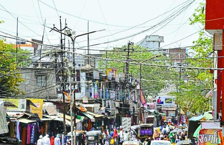 खतरे में बाजार: बिजली के खंभों से लटक रहे मौत के तार, गलियां ऐसी कि फायर ब्रिगेड भी न पहुंच पाए