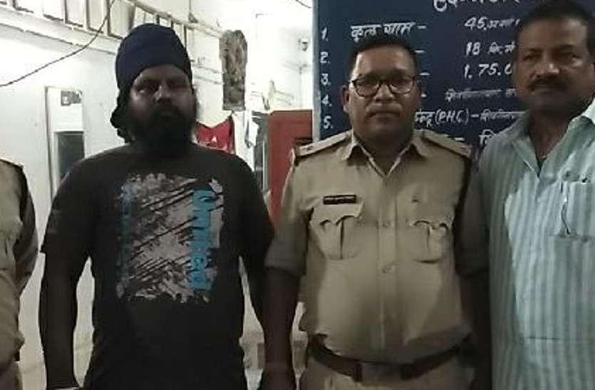 तलवार लहराकर लोगों को धमका रहा था युवक, पुलिस ने किया गिरफ्तार
