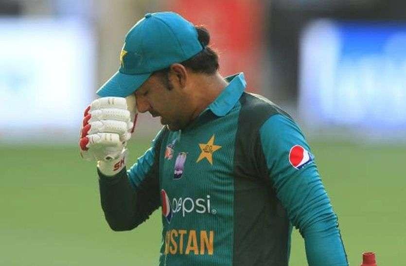 विश्व कप क्रिकेट : पूरी पाकिस्तानी टीम पर लगा जुर्माना, कप्तान सरफराज पर लटकी निलंबन की तलवार