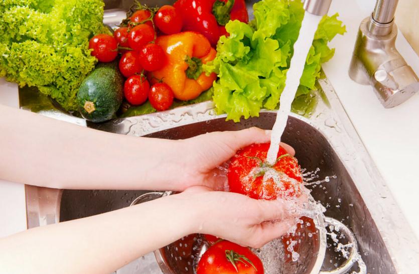 गंभीर बीमारियों से बचने के लिए एेसे करें सब्जियों की सफाई