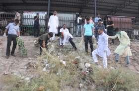 अरपा मइया को बचाने सांसद, विधायक और एसपी ने हाथ में उठाई झाड़ू