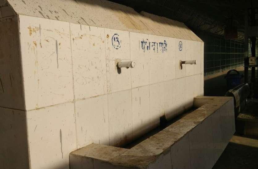 रेलवे स्टेशन पर मजबूरन खरीदनी पड़ती है पानी की बोतल