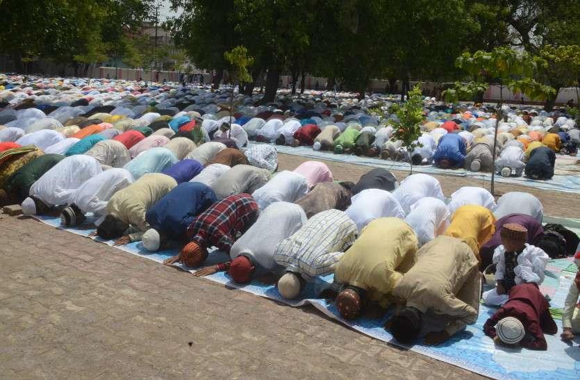 अल्लाह की इबादत में लोगों ने पढ़ी ईद की पहली नमाज, जमात के बाद खाई मीठी सेवई