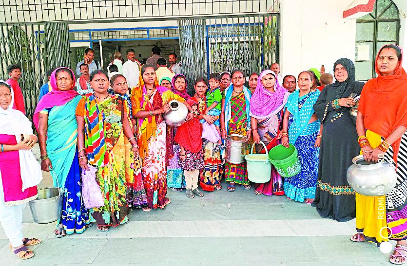 पानी की किल्लत से परेशान महिलाओं ने हाथ में बर्तन लिए कलेक्ट्रेट में किया प्रदर्शन