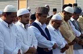 Eid: हजारों लोगों के साथ आजम खान ने पढ़ी ईद की नमाज, फिर उपचुनाव को लेकर दिया बड़ा बयान