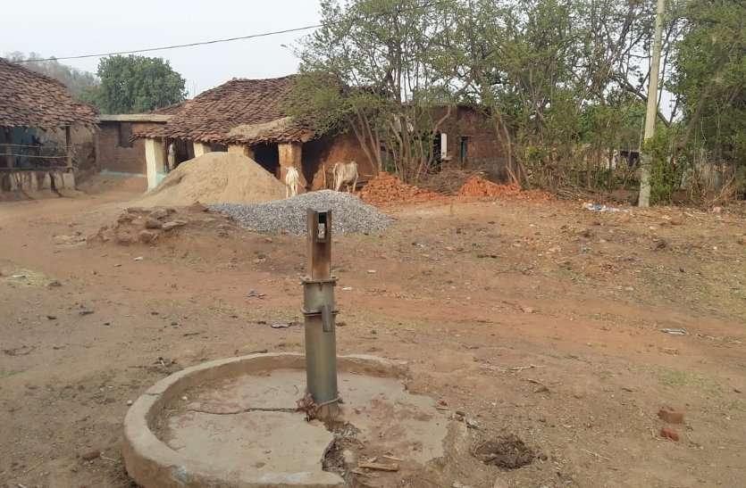 चिलचिलाती धूप में पानी ढोकर ग्रामीण बुझा रहे प्यास, हैंडपंपों के सुधार में सामने आई बड़ी बेपरवाही
