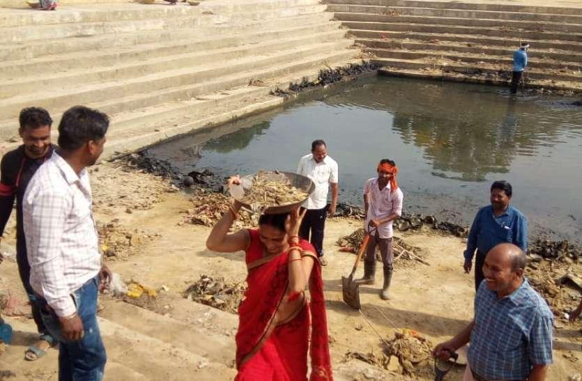 विश्व पर्यावरण दिवस पर नगरपालिका ने तालाब में किया श्रमदान, किया पौधारोपण