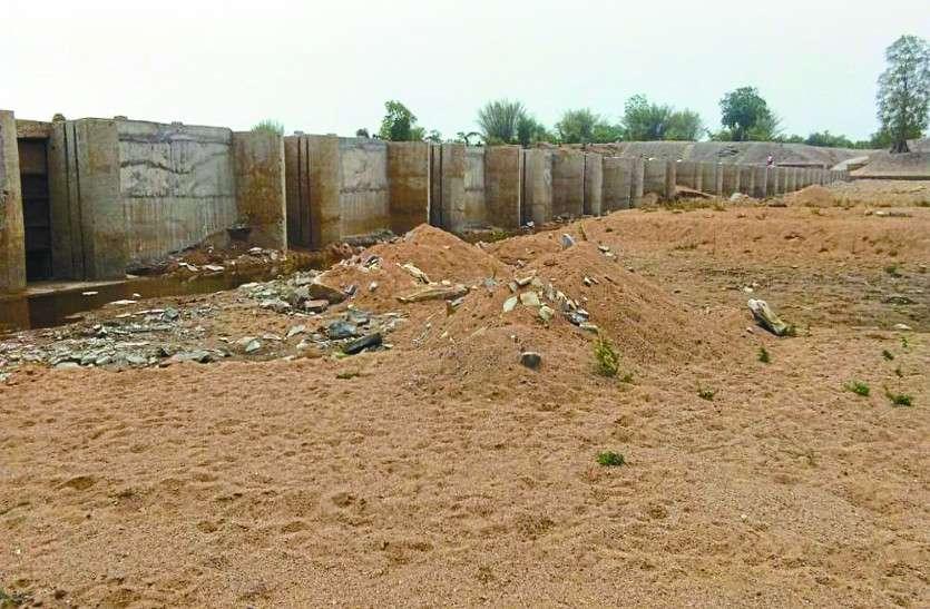 गर्मी का ध्यान रखकर सरकार ने करोड़ों खर्च कर बनाया एनीकट, फिर भी पानी को तरस रहे ग्रामीण