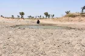 VIDEO: सूखी पशु खेळियों में पानी भरवा रहे ग्रामीण, 700 रूपये में डलवा रहे टेंकर