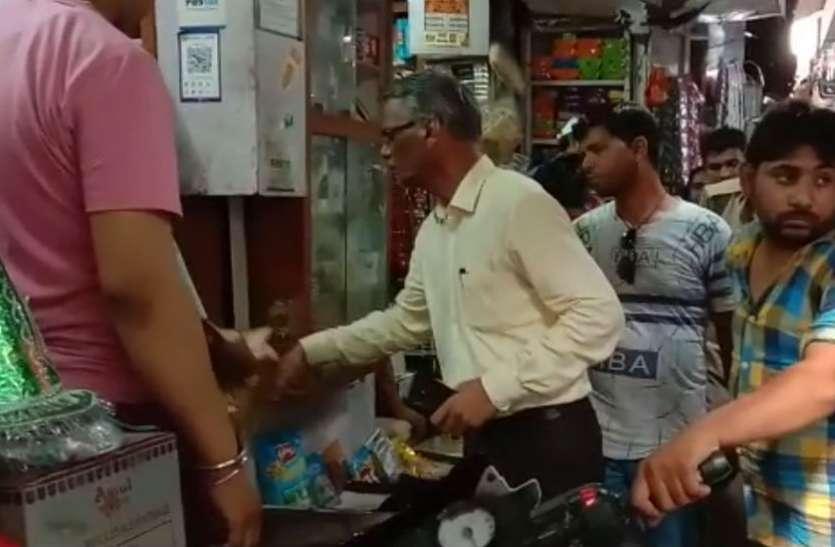 प्रशासन ने बिना सूचना दिए शुरू कर दिया पॉलीथिन हटाओ अभियान, दुकानदारों में इस कदर मच गया हड़कंप, देखें वीडियो