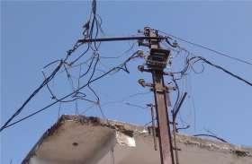 दीवार के सहारे अटका बिजली का लोहे का पोल, कभी हो सकता है बड़ा हादसा