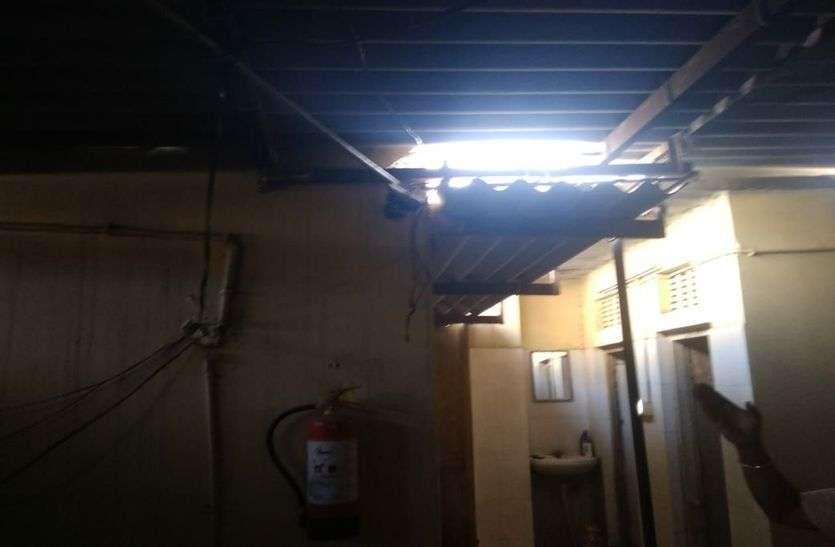 बैंक की छत में लगाई सेंध, स्ट्रांग रूम का ताला नहीं तोड़ पाए चोर