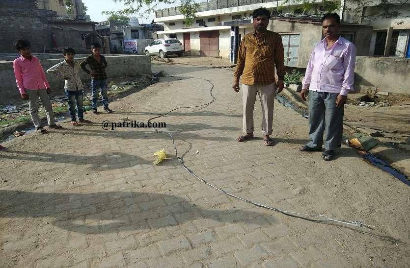 VIDEO : लाइन पुरानी होने से रसूलपुरा मस्जिद के पास टूटा बिजली का तार, हादसा टला