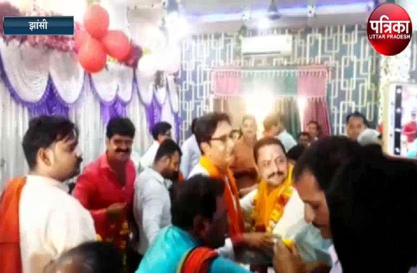 अंदर नए भाजपा सांसद की जीत का जश्न और बाहर पार्टी कार्यकर्ताओं का प्रदर्शन अर्द्धनग्न, वजह जानने को देखें वीडियो...