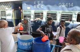 स्टेशन पर यात्रियों को पानी पिला  कर रहे है समाज सेवा