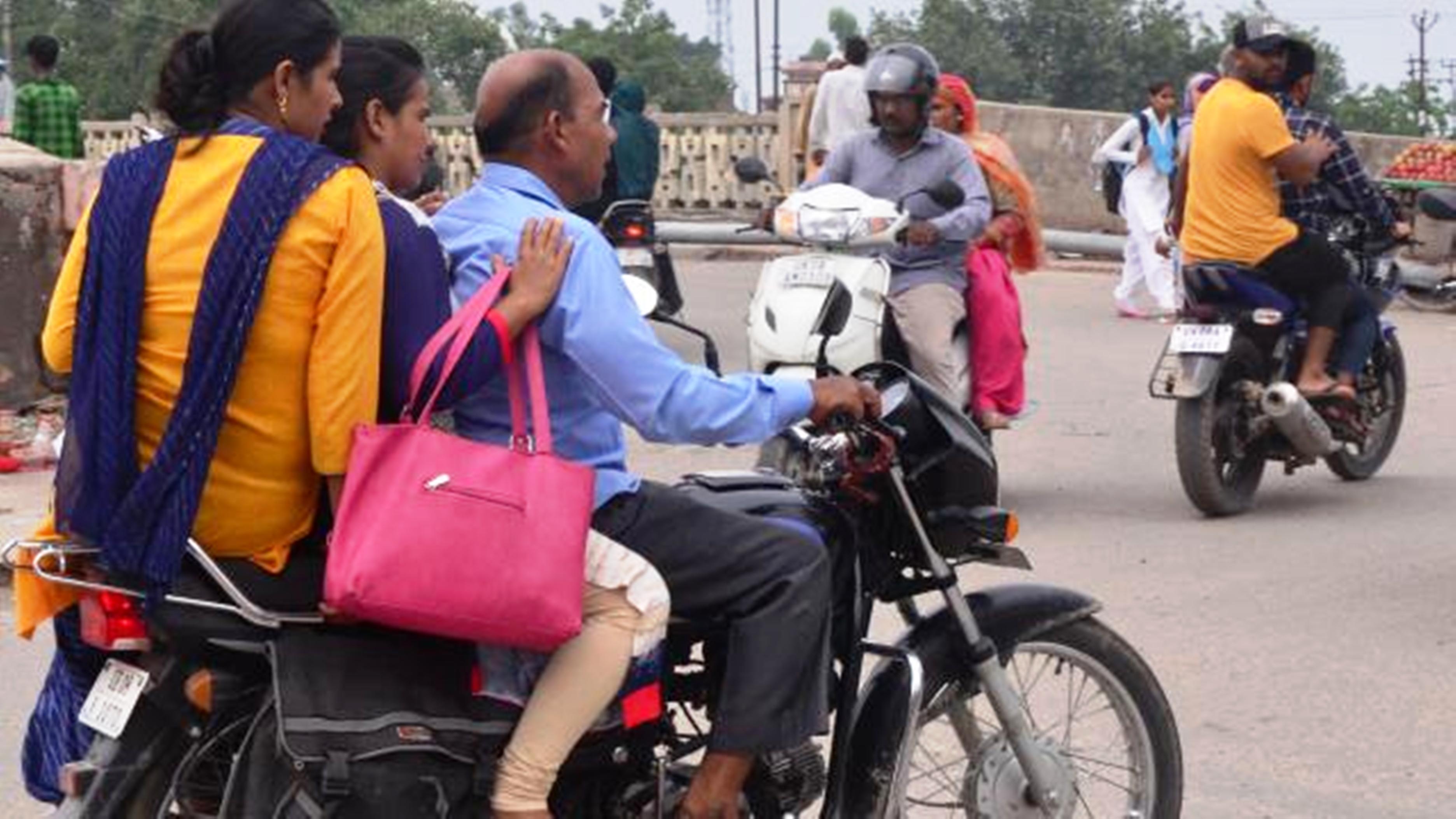 बिना हेलमेट बाइक चलानें वालों की फोटो भेजने पर मिलेगा 'रूपइया'