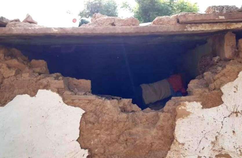 चोरी के लिए तोड़ डाली घरों की दीवार और नकदी सहित ले गए जेवरात