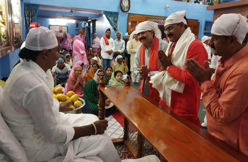 MPs receiving blessings of Baba Ishwar Shah