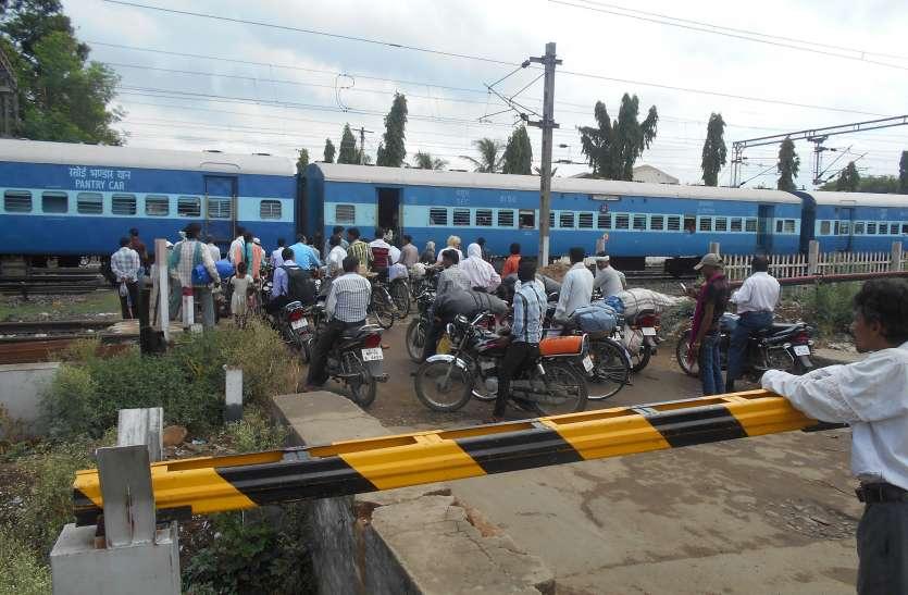 रेलवे ओवरब्रिज निर्माण में विलम्ब से पूर्व विधायक हुए नाराज, जन आंदोलन की दी चेतावनी