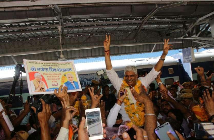 केन्द्रीय मंत्री शेखावत का जोधपुर रेलवे स्टेशन पर हो रहा स्वागत, देखें विडियो
