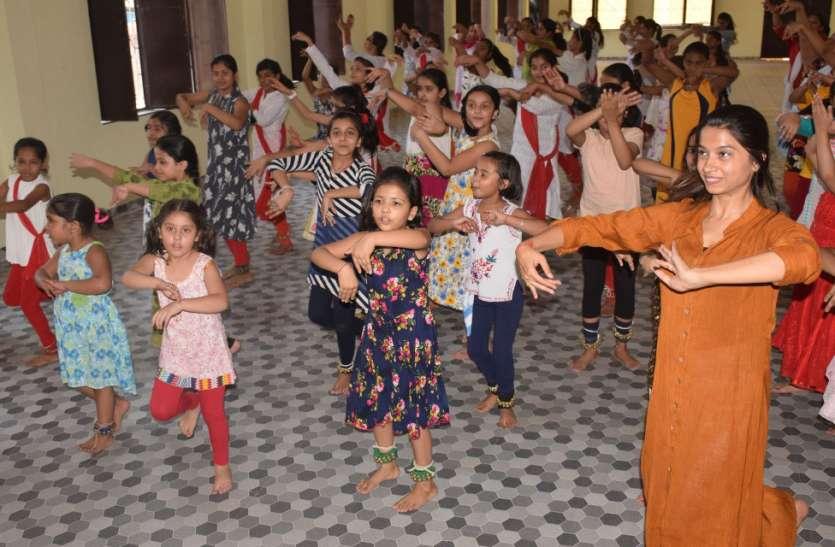 शास्त्रीय नृत्य कथक की तालीम ले रहीं गर्ल्स