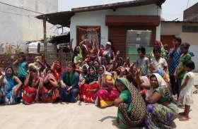 Video Story: पार्षद के घर के सामने महिलाओं ने किया हंगामा, लगाए हाय हाय के नारे